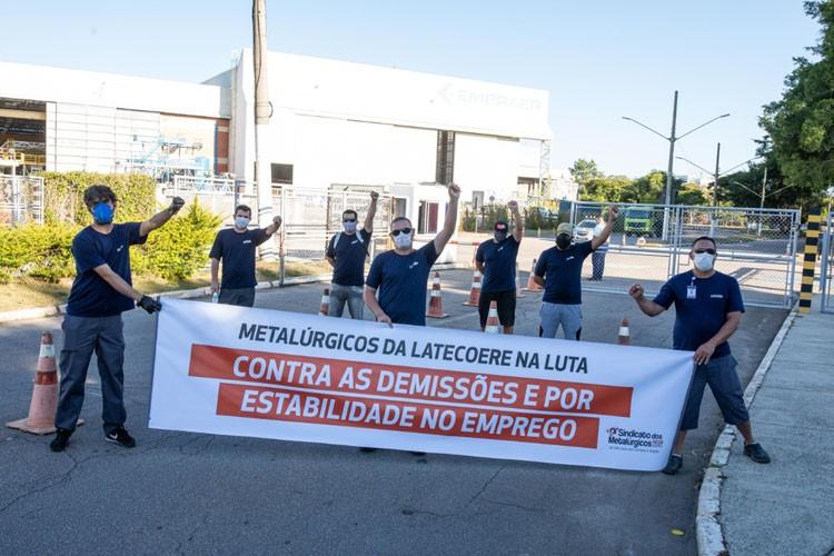 Metalúrgicos protestam contra demissões