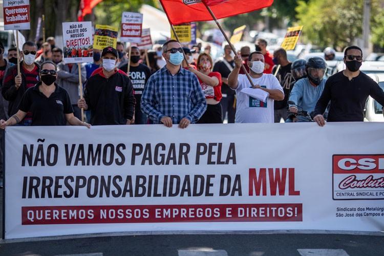 Trabalhadores fazem protesto contra fechamento da MWL