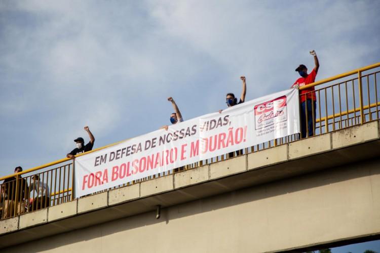 Manifestantes estendem faixa em passarela, em Jacareí