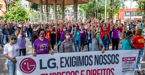 Trabalhadoras de fornecedoras da LG fazem passeata em Caçapava
