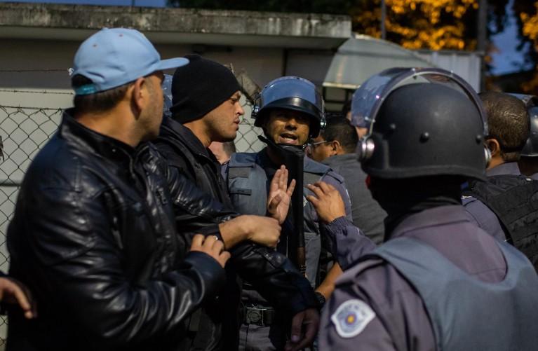 Policiais militares abordam o dirigente Alex