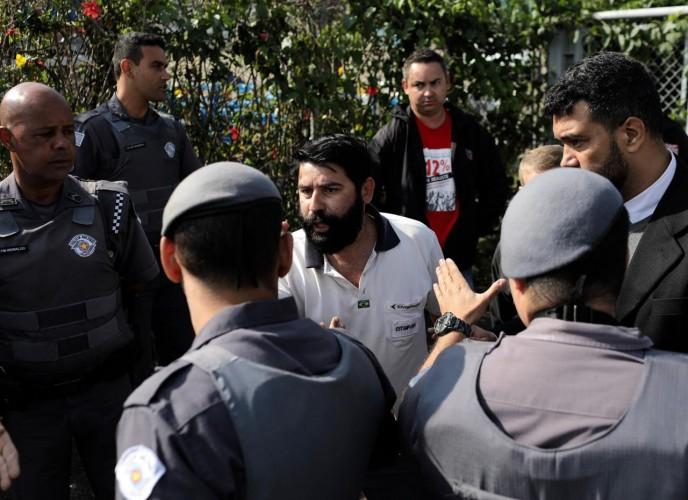 Polícia Militar em frente à Embraer, durante a assembleia