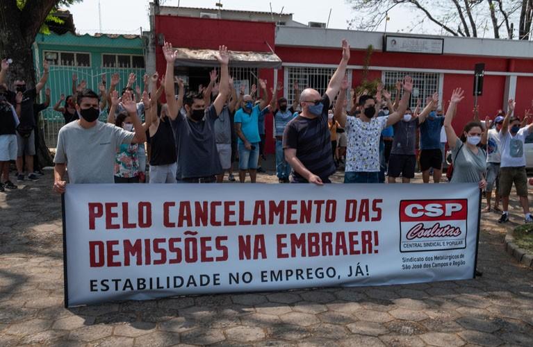 Sindicato realiza assembleia com os trabalhadores da Embraer contra demissões