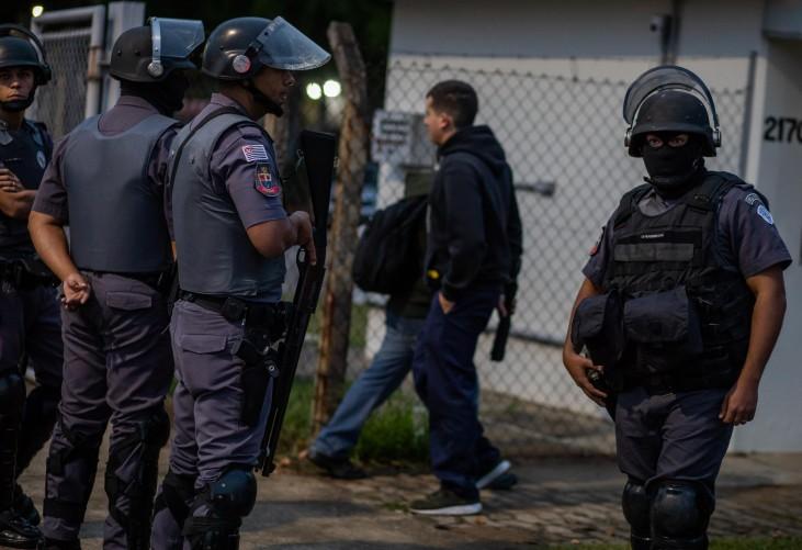 Policiais militares em frente à fábrica