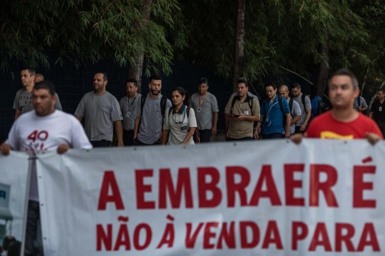 Na manhã desta quinta-feira (19) trabalhadores protestaram contra demissões na Embraer