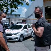 Emerson sendo levado por policiais