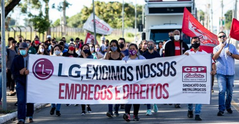 No terceiro dia de greve, trabalhadoras da Sun Tech fazem passeata