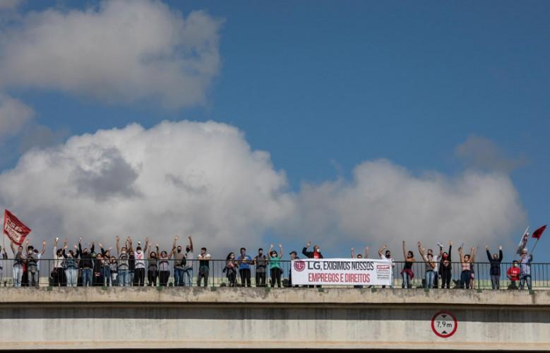Trabalhadoras da Sun Tech finalizam passeata no viaduto do Santa Inês