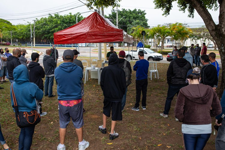 Trabalhadores demitidos fazem acampamento em frente a Embraer e exigem o cancelamento das demissões