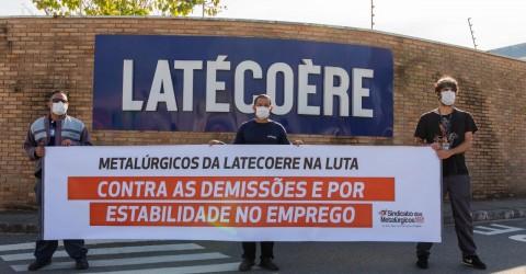 Trabalhadores demitidos participam de protestos na Status e Latecoere