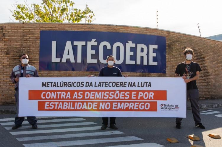 Movimentação pelo cancelamento das demissões, em frente a Latecoere