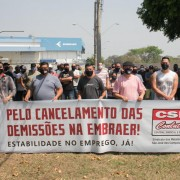 Trabalhadores da Embraer realizam ato contra as demissões