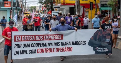 Em manifestação, trabalhadores da MWL defendem criação de cooperativa