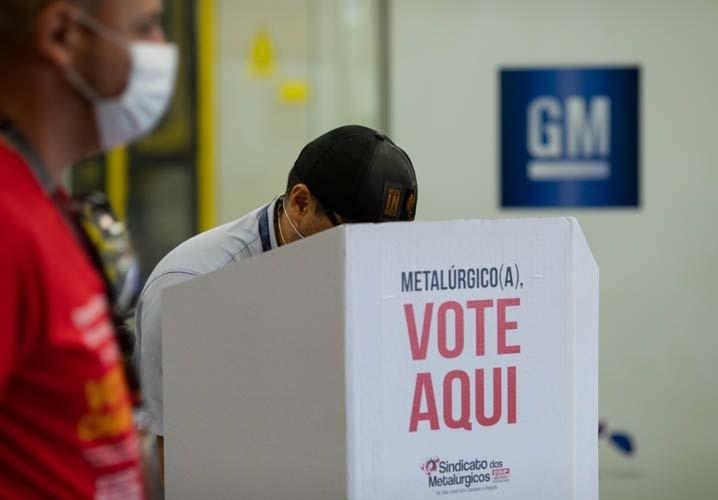 Trabalhador da GM durante a votação