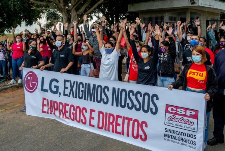 Trabalhadoras da Blue Tech durante assembleia em defesa dos empreso e direitos