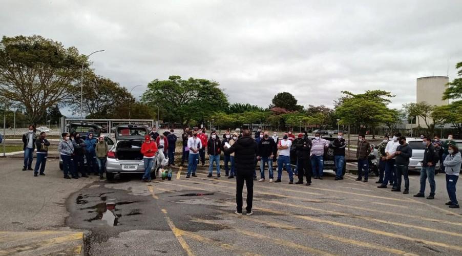 Trabalhadores em assembleia que aprovou greve