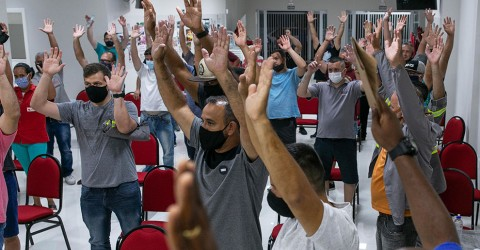 Sem acordo em audiência, trabalhadores da MWL mantêm greve