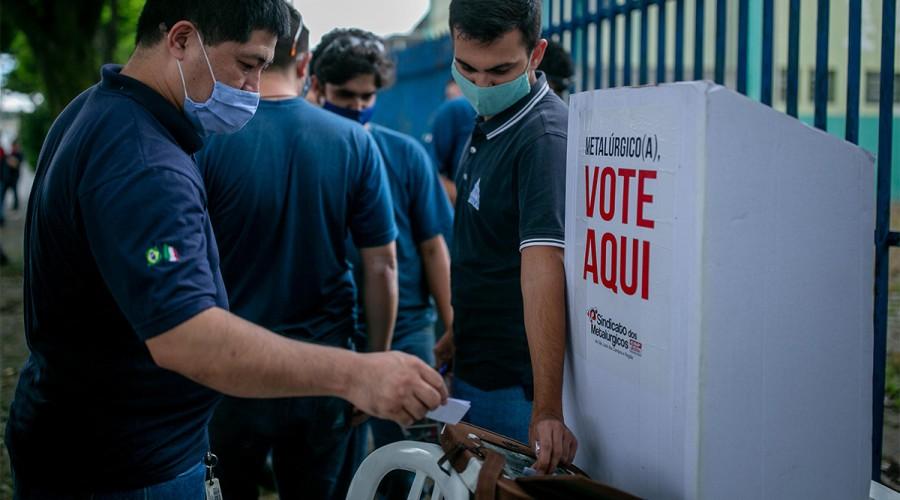 Trabalhadores da MS Ambrógio durante votação