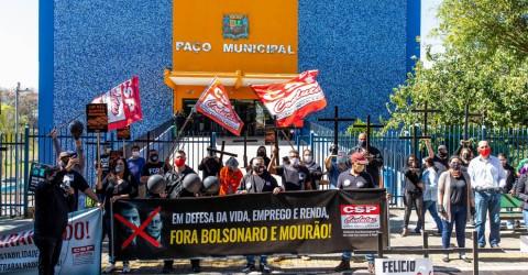 Em dia de luto, trabalhadores protestam em frente à Prefeitura de São José