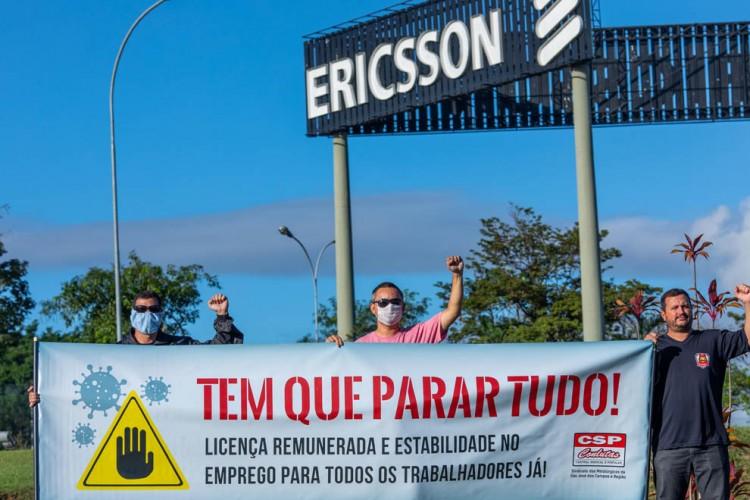 Dirigentes sindicais em frente à Ericsson