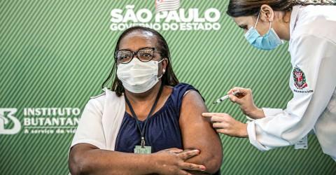 Apesar de Bolsonaro, começa vacinação no Brasil