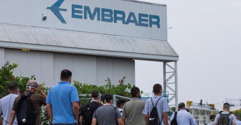 Contra demissões, Sindicato e trabalhadores da Embraer se reúnem com deputada Sâmia Bonfim