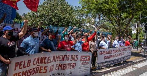 Em dia de novo protesto, demitidos da Embraer cobram Felicio fora do Paço Municipal