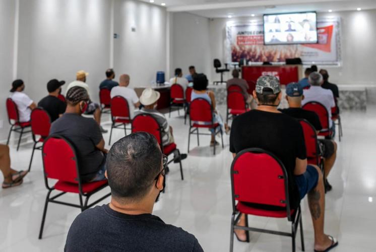 Trabalhadores acompanham audiência