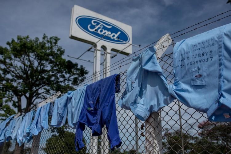 Uniformes pendurados nos alambrados da Ford
