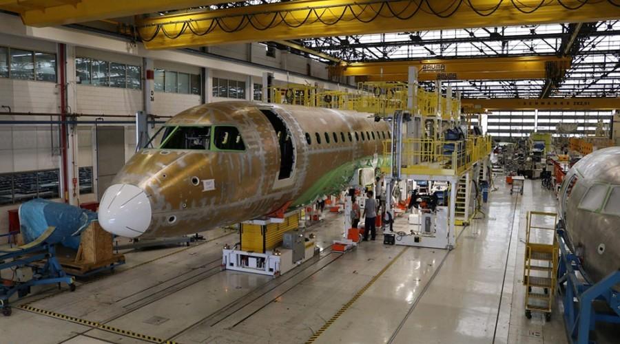 Linha de produção da Embraer, em São José