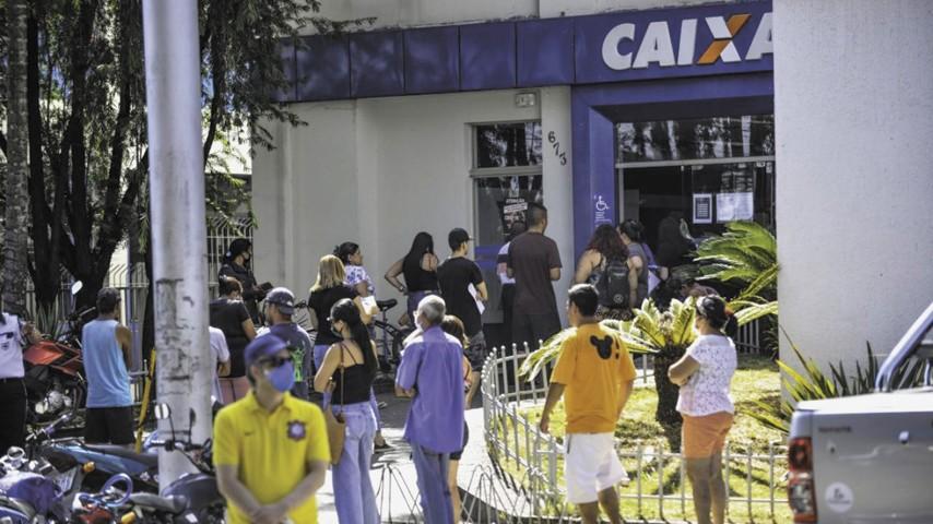 Trabalhadores enfrentam filas pelo benefício