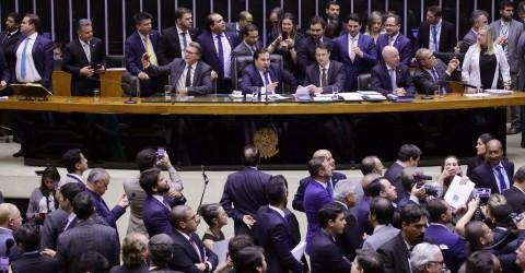 Em dia de protestos, Câmara aprova reforma da Previdência