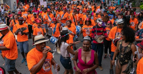 Com críticas a Bolsonaro, bloco Acorda Peão leva mil foliões às ruas