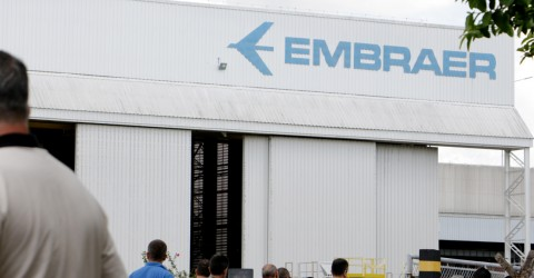In the midst of negotiations with Boeing, Embraer lays off workers