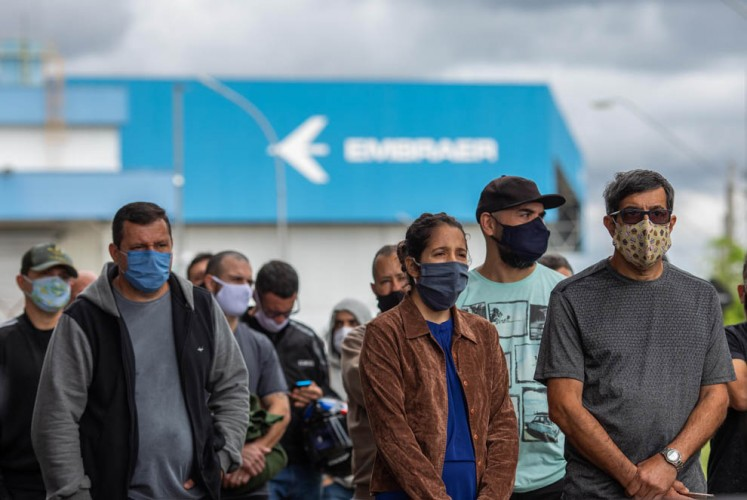 Trabalhadores demitidos em frente à Embraer