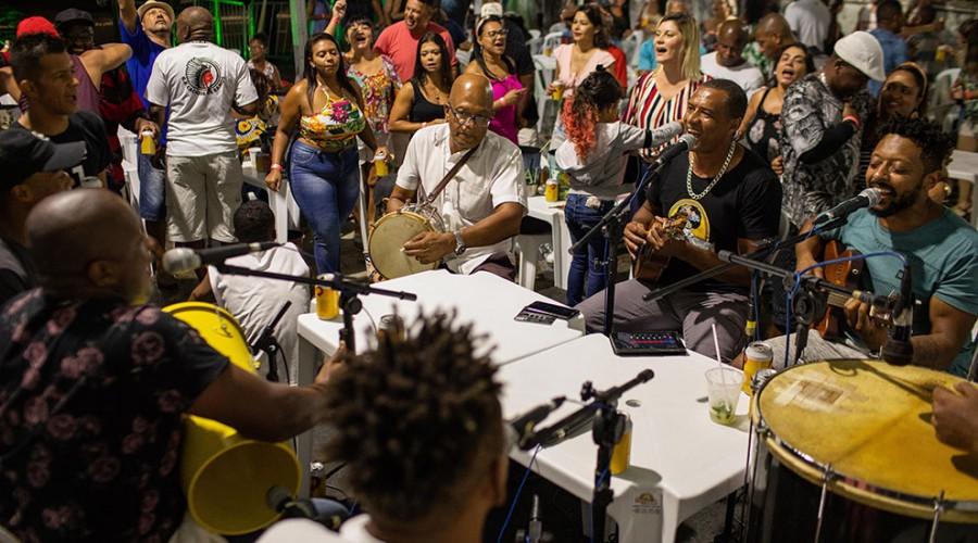 Trabalhadores se divertem no Samba Democrático