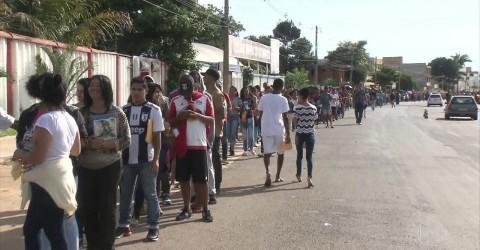 Desempregados formam fila gigantesca por vagas no Distrito Federal