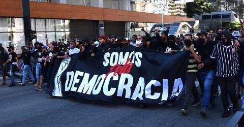 Torcidas de clubes adversários se unem para defender democracia