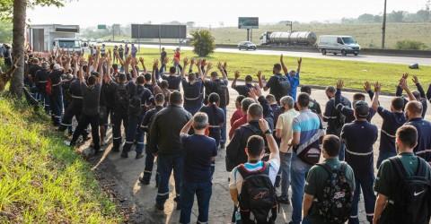 Metalúrgicos da JC Hitachi aprovam aviso de greve por estabilidade
